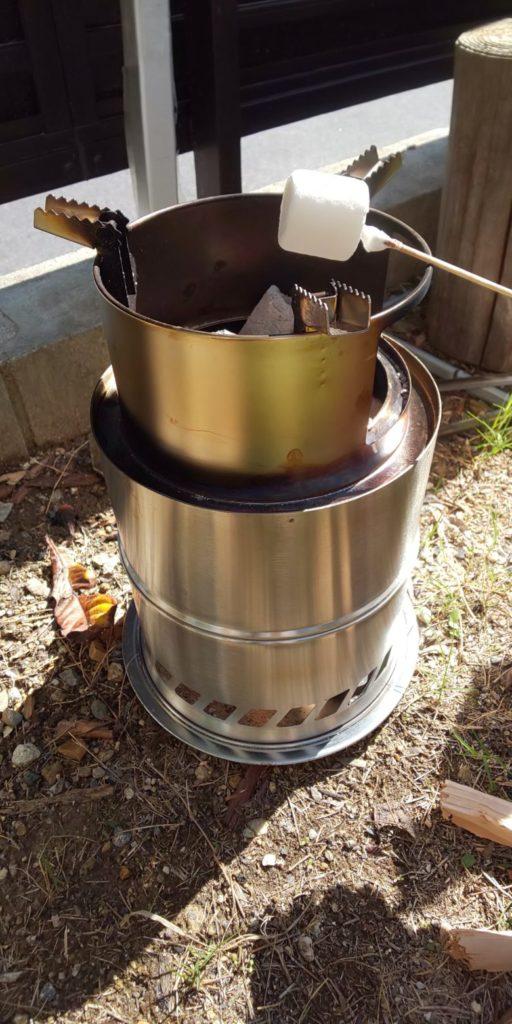 キャンプストーブで焼きマシュマロの画像